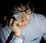 目の疲れの原因とも言われるブルーライトを無料アプリで軽減