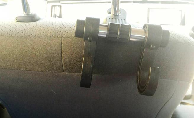 ヘッドレストを上げて、ダイソーで買ってきた「車のシートフック」を引っ掛けます